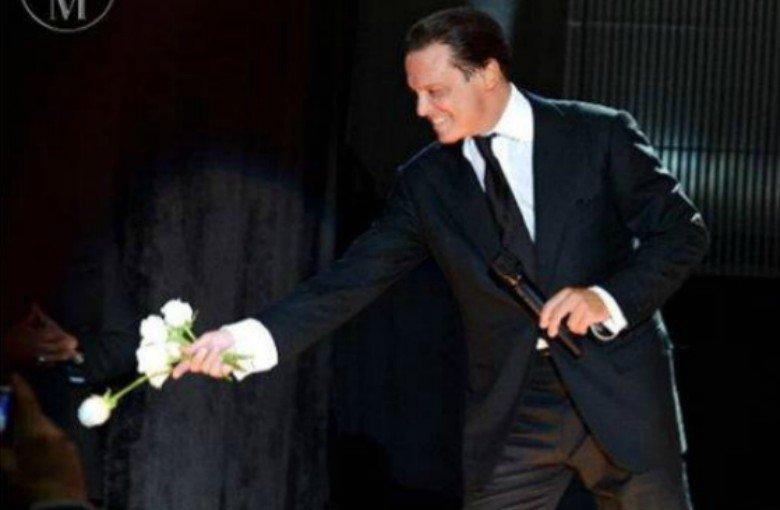 Luis Miguel reparte rosas vestido de novia