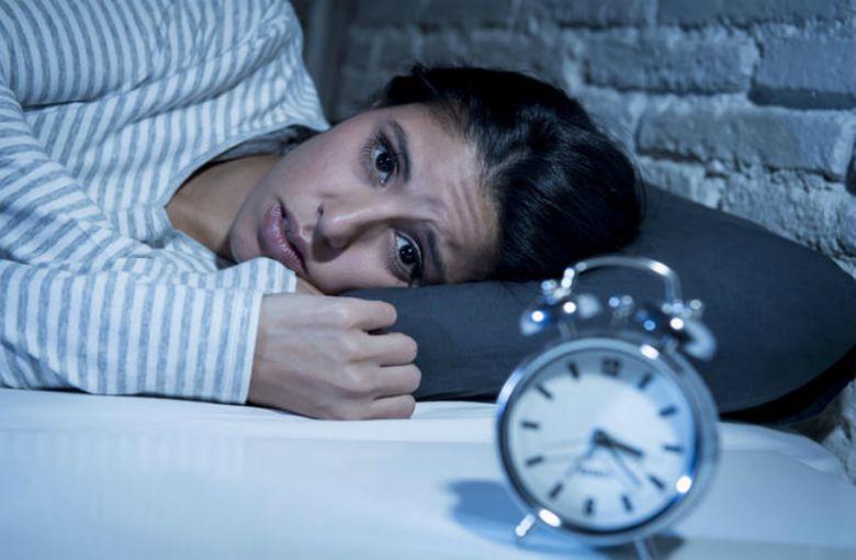 Dormir poco te transforma en una ermitaño: la ciencia lo confirma