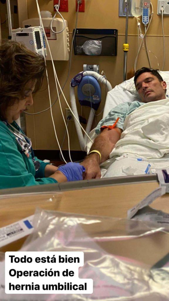 Julián Gil en el quirófano por hernia umbilical